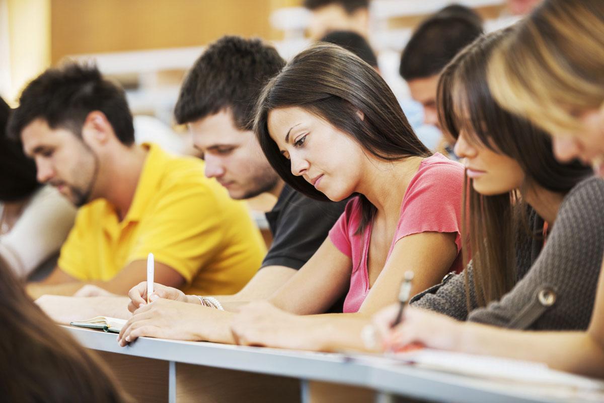 """Guvernul vrea să stopeze migrația """"creierelor"""" și i-ar putea obliga pe studenți să își plătească studiile dacă vor să plece din România"""