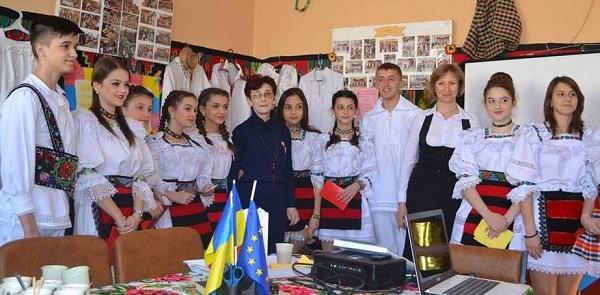 Burse pentru elevii de etnie română din Ucraina și stagii de specializare pentru profesorii lor, acordate de guvernul român
